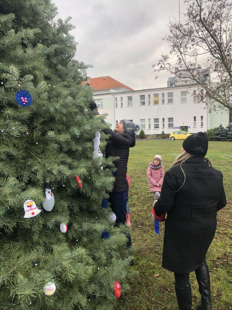 Zdobení stromečku 13. 12. 2019